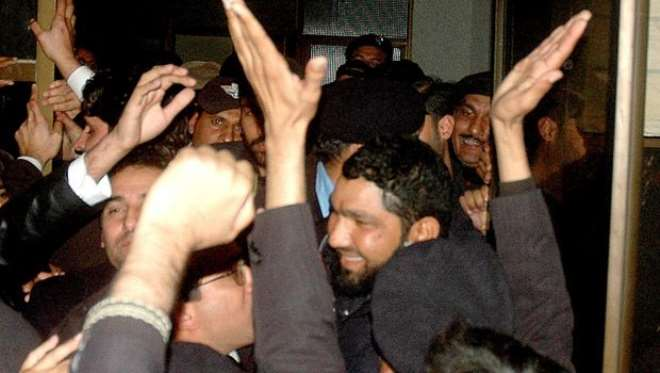 Killer Mumtaz qadri being welcomed in court