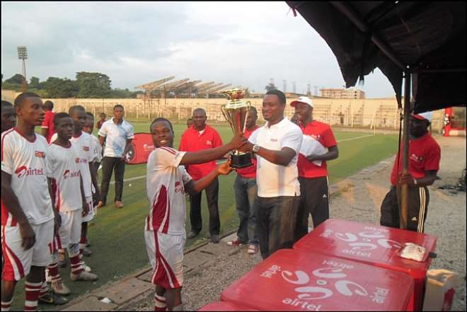 Enugu State FA Chairman, Offor Okenwa presenting the ARS 3 Winners' Trophy to the captain of the Enugu Male Team on Friday at the UNEC Stadium, Enugu