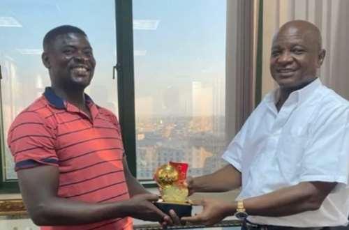 Hearts of Oak: Samuel Boadu presents Best Coach of the Year Award to Board  Chairman Togbe Afede XIV