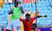 Kenneth Omeruo (L) scored the goal that sent Nigeria through to the knockout phase in Egypt.  By Giuseppe CACACE (AFP/File)