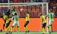 William Troost-Ekong (R) pounced after South Africa goalkeeper Ronwen Williams failed to deal with a corner.  By Giuseppe CACACE (AFP)