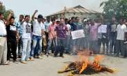 PHOTO ASIA: Acivists Of Assam Pradesh Youth Congress Burning Effigy Of Pakistan President To Protest Against Death Of Sarabjit Singh At Raha Inassam's Nagaon District