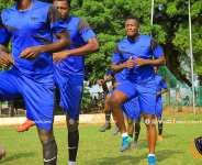Asamoah Gyan trains with teammates