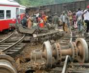 Passenger escape the site of a train derailment in Eseka, Cameroon on October 21, 2016.  By  (AFP/File)