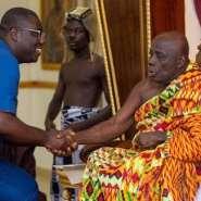 Sammi Awuku shakes hands with Okyenhene Y