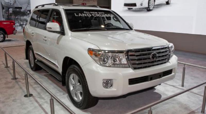 2013-toyota-land-cruiser-front-right-view.jpg