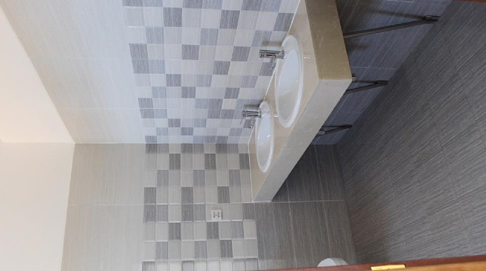 37 1st floor master bedroom toilet.JPG