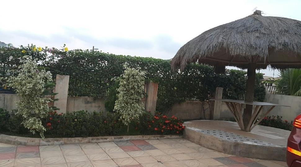 Summer hut + garden area.JPG