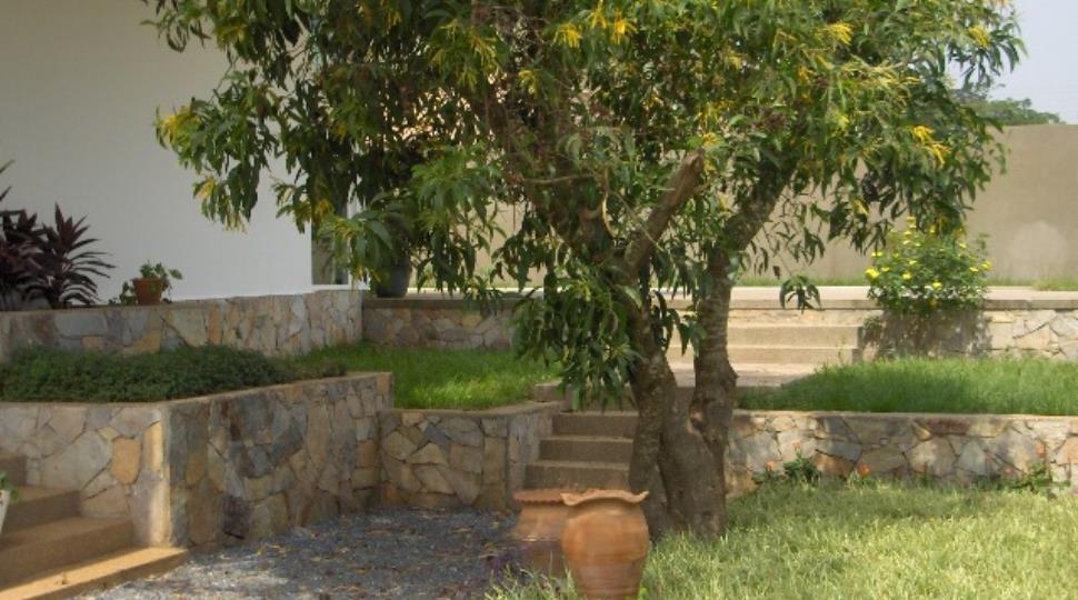 side leading to pool.JPG