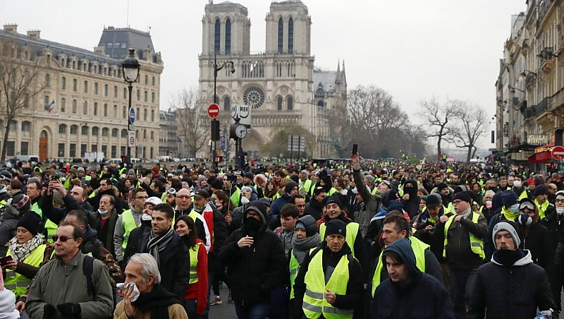 Government spokesman evacuated in Act VIII of Yellow Vest protests in Paris