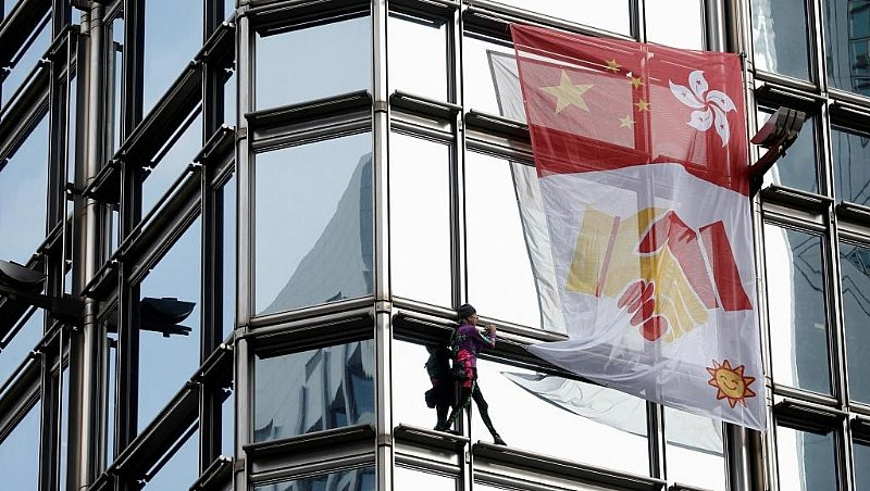 'French Spiderman' hoists peace banner on Hong Kong skyscraper
