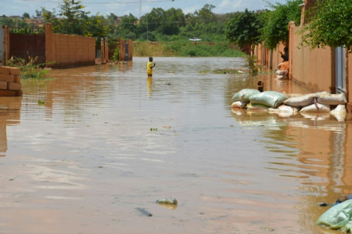 Niger battles deadly floods as city streets swamped