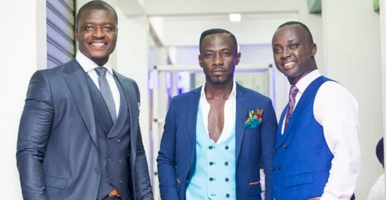 From left-Lexis Bill of Joy Fm, Okyeame Kwame and Jennis in a pose