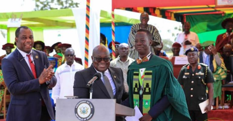 President Akufo-Addo presents a prize to the overall best graduating students of the 2018-2018 academic year