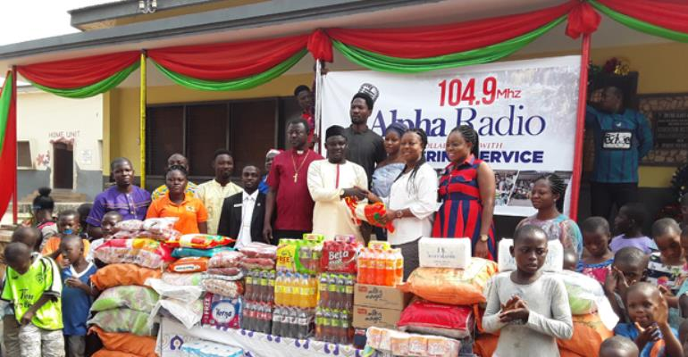 Alpha Radio and Jofel Catering Service officials making the presentation to the Kumasi Children's Home