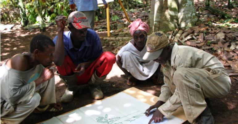 Cocoa farmers receiving education on tree planting on farms photo: Sander Muilerman/WCF