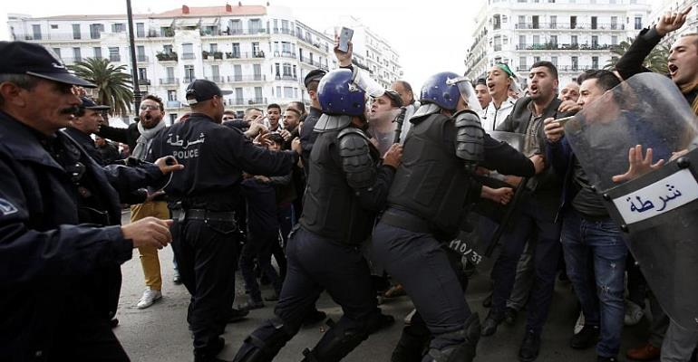 Police try to block protesters in Algiers