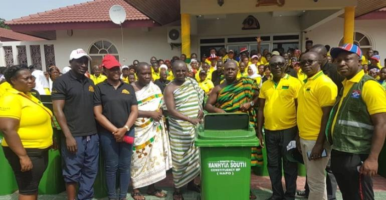NPP Manhyia South constituency executives making the donation at the Manhyia Palace