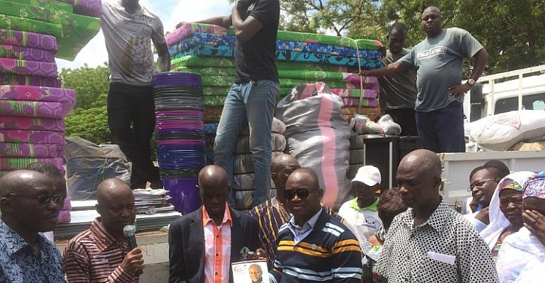 Alhassan Suhuyini donationg items to the school
