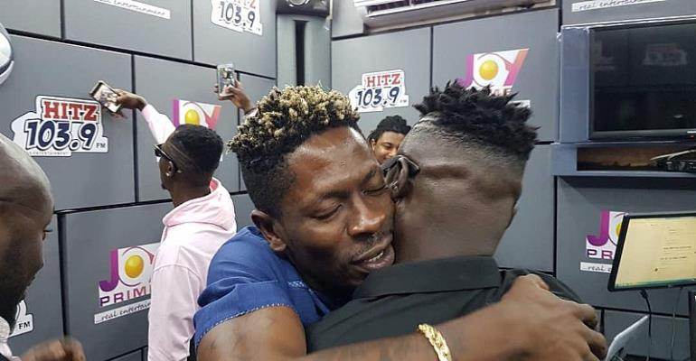 Country Man Songo Storms Radio Studio To Vibe With Shatta Wale