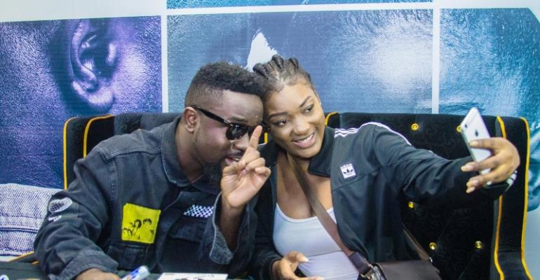 Sarkodie in a pose with one of his fans