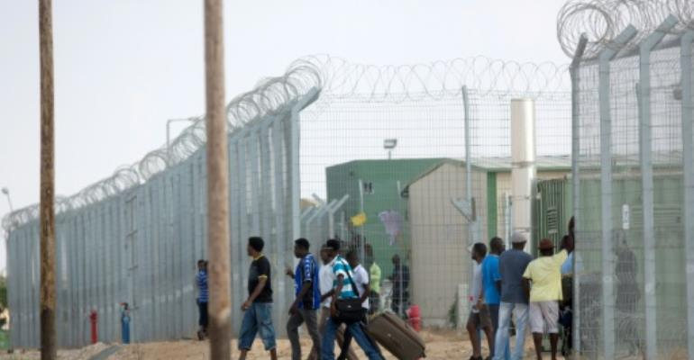 Israel to shut migrant centre and deport Africans