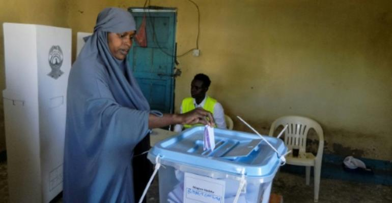 A woman casts her ballot in the presidential election in the self-proclaimed state of  Somaliland..  By STR (AFP)