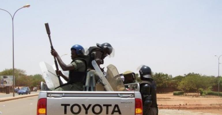 Anti-riot gendarmes patrol in Ouagadougou.  By Ahmed Ouoba (AFP)