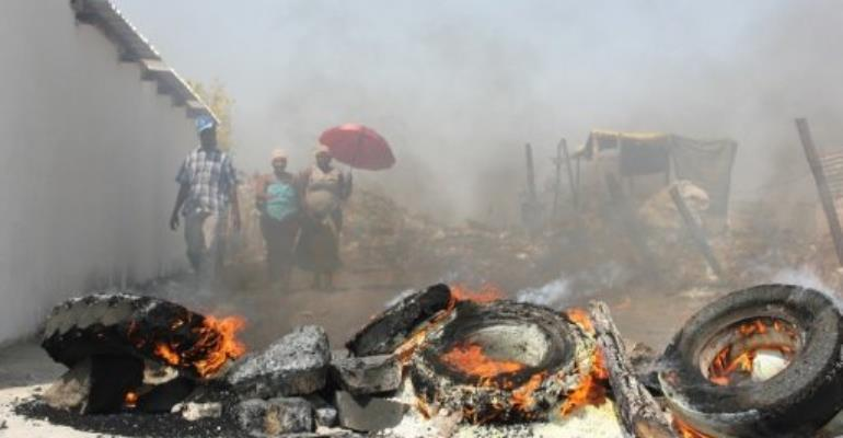 Tires burn in the Sondela informal settlement next to the Anglo American Platinum mine.  By Cynthia Matonhodze (AFP)