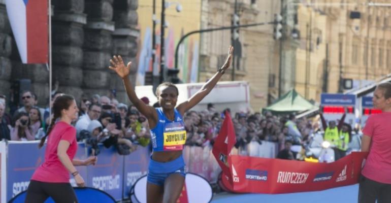 Kenya's Joyciline Jepkosgei (L), pictured in April 2017, ran 10 kilometres in 29min 43 sec, breaking her own women's 10k road record.  By MARTIN HYKL (AFP)