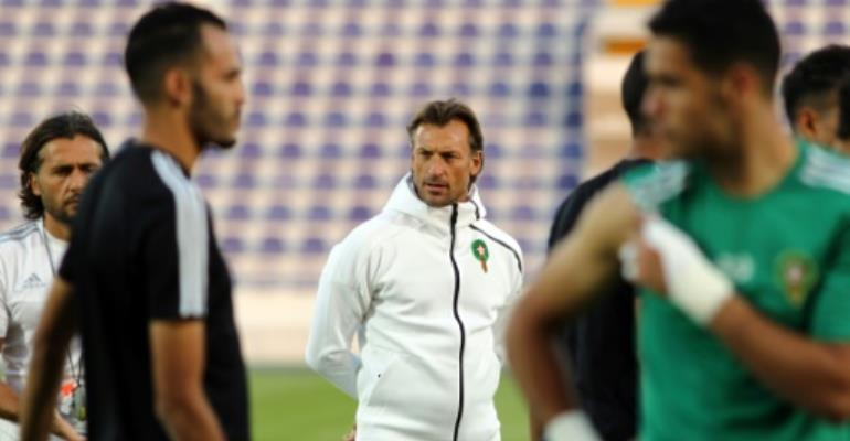 Morocco's French head coach Herve Renard (C) attends a training session with his players at the Sheikh Tahnoun Bin Mohammed Stadium in Al Ain, on January 5, 2017, ahead of the African Cup of Nations.  By Nezar Balout (AFP/File)