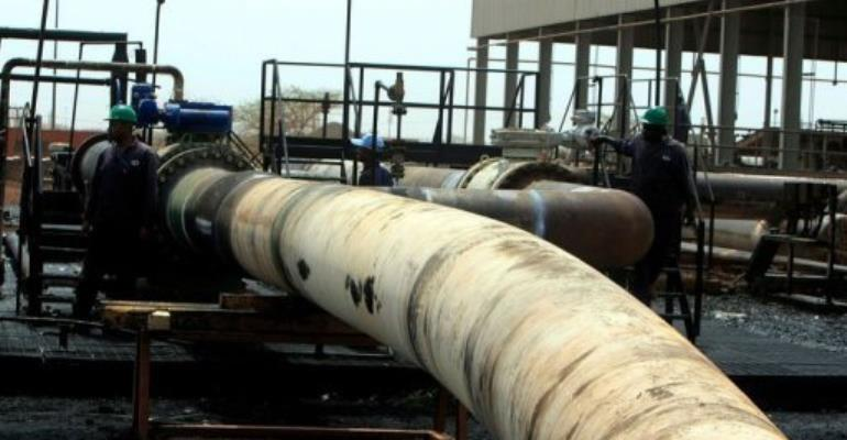 Sudanese repair crew work at the Heglig oil facility, after Sudan started pumping oil again on May 2.  By  (AFP/File)