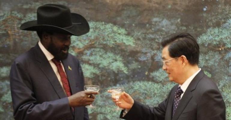 Chinese President Hu Jintao exchanges a toast with South Sudan President Salva Kiir.  By Kazuhiro Ibuki (AFP)