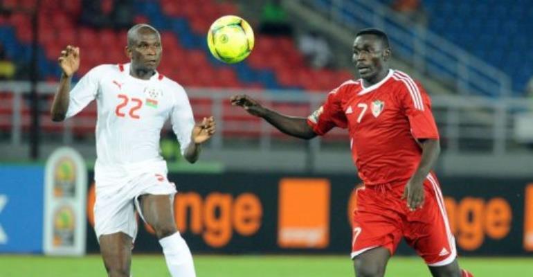 Sudan's Agab Ramadan (R) vies for the ball with Burkina Faso's Saidou Mady (L).  By Abdelhak Senna (AFP)