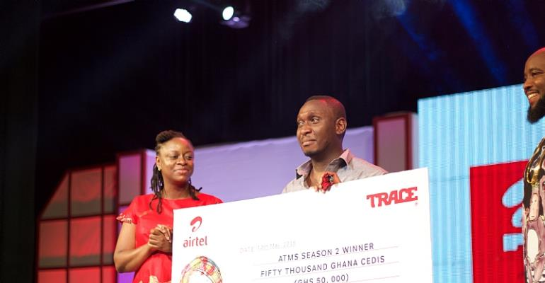 Moses Ugheighele still receives his prize from Rosy Fynn, Marketing Director, Airtel Ghana