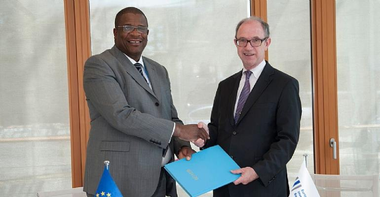Dolapo Ogundimu Receiving Agreement From Pat Walsh, EIB Director Responsible For Operations Outside Europe