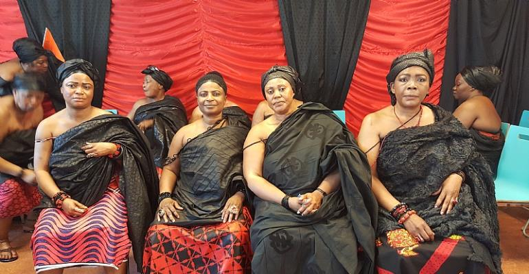 Nana Akosua Kusiwaa I, Queen-mother of Asantes in The Netherlands with her elders