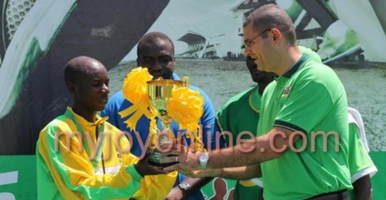 Alex Kimeli receiving the trophy for winning the marathon