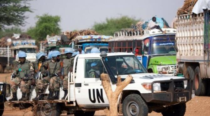 Rawandan peacekeeping troops escorting Sudanese from the internally displaced persons camp in Aramba.  By Albert Gonzalez Farran (AFP/UNAMID)