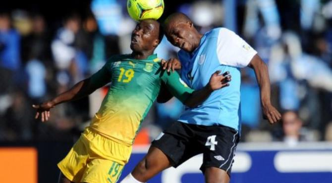 Nomuethe Eugene of South Africa (L) and Mmusa Ohilwe (R) of Botswana vie for the ball.  By Monirul Bhuiyan (AFP)
