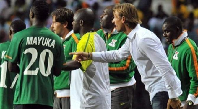 Zambia's coach Herve Renard (R) speaks to his players.  By Issouf Sanogo (AFP)