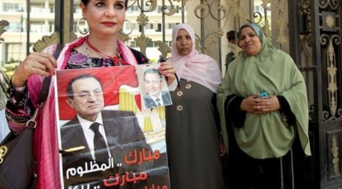 People gather outside the hospital where Hosni Mubarak is in a coma.  By Marwan Naamani (AFP)