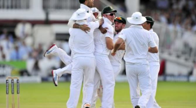South Africa's Vernon Philander (C) celebrates with his teammates.  By Glyn Kirk (AFP)