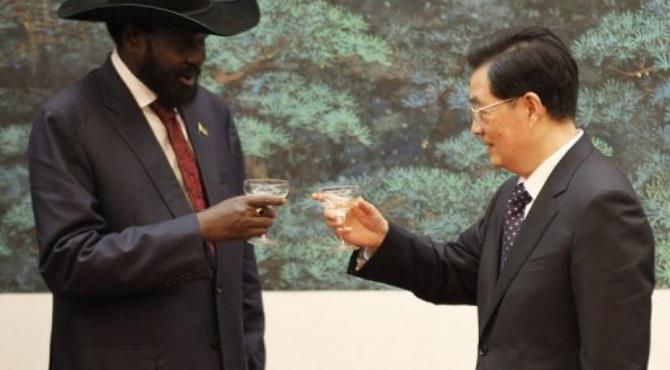 Chinese President Hu Jintao exchanges a toast with South Sudan President Salva Kiir.  By Kazuhiro Ibuki (AFP)