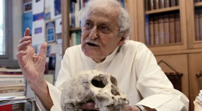 South African paleontologist Phillip Tobias, pictured in 2006.  By Alexander Joe (AFP/File)