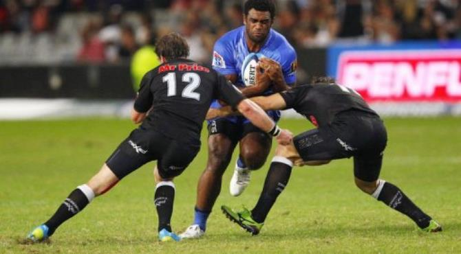 Western Force's Naploioni Nalaga runs into Coastal Sharks' Tim Whitehead (L) and Louis Ludik (R).  By  (AFP)