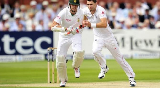 England's James Anderson (right) runs past South Africa's Morne Morkel.  By Glyn Kirk (AFP/File)