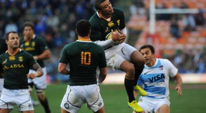 South Africa's Bryan Habana (C) catches a high ball.  By Rodger Bosch (AFP)