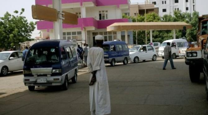 People queue in a Khartoum petrol station to fill their tanks.  By Ashraf Shazly (AFP)