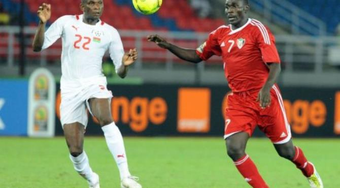 Sudan's Agab Ramadan (R) vies for the ball with Burkina Faso's Saidou Mady (L).  By Abdelhak Senna (AFP)